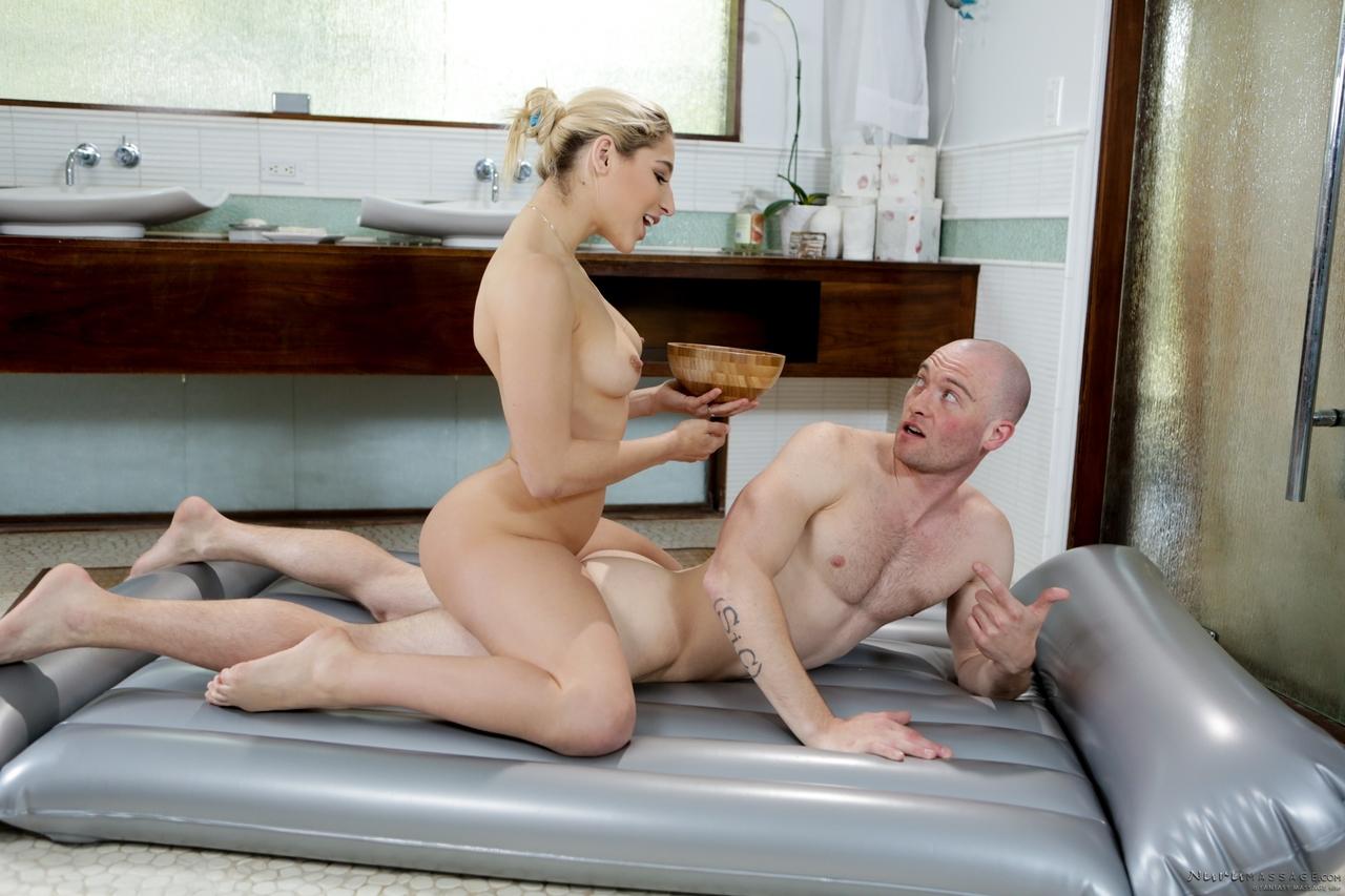 Arabella seduce con un masaje